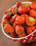 pucharów srawberries świezi łaciaści zdjęcie stock