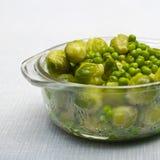 Puchar świeżo odparowani grochy i warzywa Fotografia Stock