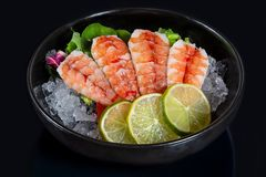 Puchar świeży japoński sashimi krewetka z wapnem na lodzie fotografia royalty free