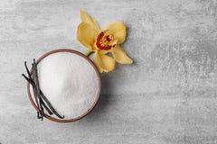Puchar aromatyczny waniliowy cukier z kwiatem fotografia royalty free