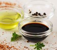 Puchar Balsamic ocet, sól i oliwa z oliwek, fotografia royalty free