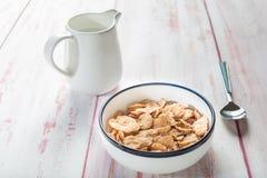 Puchar cornflakes i mleko, z łyżką na drewnianym tle, mo Zdjęcie Stock