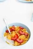 Puchar cornflakes i truskawki Obrazy Royalty Free