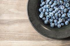 Puchar czarne jagody na Drewnianej Tnącej desce Zdjęcie Royalty Free