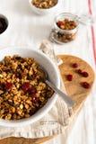 Puchar domowej roboty granola z dokrętkami i owoc na białym bieliźnianym tle Boczny widok fotografia stock