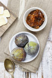 Puchar figa dżem i surowe figi na nieociosanym drewnianym stole Obrazy Royalty Free
