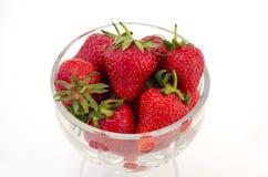 Puchar folujący z strawberrys Zdjęcia Royalty Free