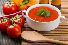 Puchar gazpacho lub pomidoru polewka z składnikami Obraz Stock