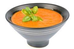 Puchar gazpacho z basilów liśćmi zdjęcia royalty free