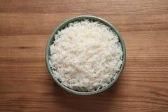 Puchar gotujący ryż na drewnianym tle zdjęcia royalty free