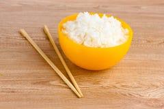 puchar gotujący ryżowy kolor żółty fotografia stock