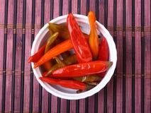 Puchar kiszeni Gorący chili pieprze na drewnianym tle Fotografia Stock