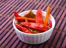 Puchar kiszeni Gorący chili pieprze na drewnianym tle Zdjęcia Royalty Free