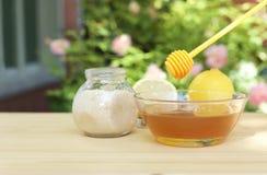 Puchar miód, cukier i cytryny na drewnianym stole obrazy stock
