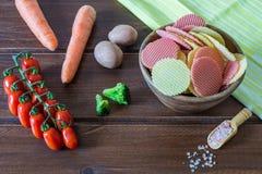 Puchar mieszani zdrowi warzywo uk?ady scaleni zbli?enia eyedroppers wysoka rozdzielczo?? prawdziwy widok fotografia stock