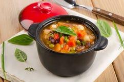 Puchar minestrone polewka z fasolami i warzywami Fotografia Stock