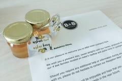 Puchar miodowy pochlebny gościa prezent przy hotelem w Ljubljana zdjęcie stock