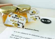 Puchar miodowy pochlebny gościa prezent w hotelu w Ljubljana zdjęcie stock