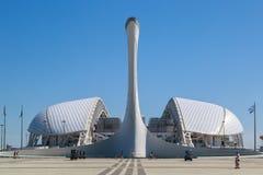 Puchar Olimpijski płomień na tle Fisht stadium na kwadracie nagradza zwycięzców medalu plac zdjęcie stock