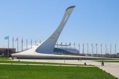 Puchar Olimpijski płomień na tle stadium Bolshoy lodu kopuła na kwadracie nagradza zwycięzców medalu plac obrazy stock