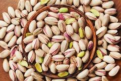 Puchar pistacjowe dokrętki na drewnianym stołowym odgórnym widoku Zdrowy jedzenie i przekąska Zdjęcia Royalty Free