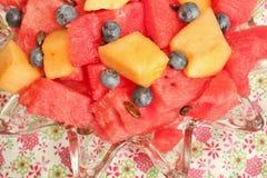 Puchar pokrojony arbuz, czarne jagody i kantalup, fotografia stock