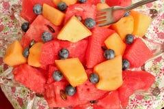 Puchar pokrojony arbuz, czarne jagody i kantalup, obraz stock