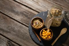 Puchar przylądka agrest i słój muesli na stole Fotografia Stock