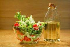 Puchar sałatka z świeżymi warzywami Zdjęcia Royalty Free