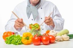 Puchar sałatkowi warzywa i kucharz ręka z łyżką Fotografia Royalty Free