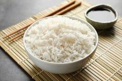 Puchar smakowici gotujący ryż słuzyć obrazy stock
