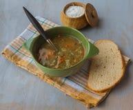 Puchar soczewicy polewka z solą i chlebem Zdjęcie Stock