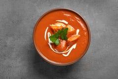 Puchar wyśmienicie masło kurczak na popielatym, odgórnym widoku, Tradycyjny hindus Murgh Makhani zdjęcie stock