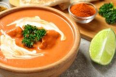 Puchar wyśmienicie masło kurczak na słuzyć stole Tradycyjny hindus Murgh Makhani obrazy royalty free