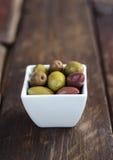 Puchar wypełniający z świeżymi zielonymi oliwkami obraz stock