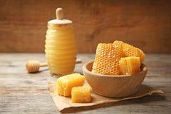 Puchar z świeżymi honeycombs Obrazy Royalty Free