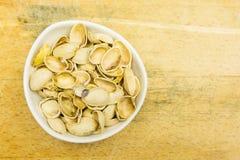 Puchar z nutshell pistacjami na widok zdjęcie stock