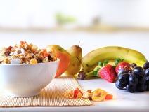 Puchar zboża i owoc przegląd w kuchni Obrazy Stock