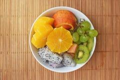 Puchar zdrowa świeża owocowa sałatka na drewnianym tle Zdjęcie Stock