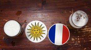 Pucharu Świata 2018 Zapałczany kalendarz, piwo Matuje pojęcie ulotki tło Urugwaj vs Francja zdjęcie royalty free