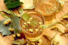 pucharu kwiatów szklanego linden stołu herbaciany tilia drewniany Zdjęcie Royalty Free