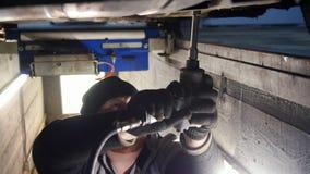 pucharu samochodowy dźwignięcie podnosząca nafciana zastępstwa usługa Gęsta mechanika mężczyzny pozycja w wizytacyjnej jamie i do zbiory wideo