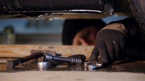 pucharu samochodowy dźwignięcie podnosząca nafciana zastępstwa usługa Gęsty mechanika mężczyzna kłaść pod samochodem i szuka dla  zdjęcie wideo