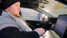 pucharu samochodowy dźwignięcie podnosząca nafciana zastępstwa usługa Gęsty mechanika mężczyzna siedzi w działaniu z laptopem i s zbiory wideo
