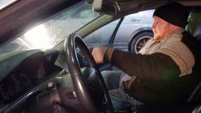 pucharu samochodowy dźwignięcie podnosząca nafciana zastępstwa usługa Gęsty mechanika mężczyzna siedzi w samochodzie i otwierać l zbiory