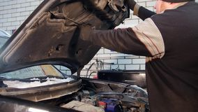 pucharu samochodowy dźwignięcie podnosząca nafciana zastępstwa usługa Gęsty mechanika mężczyzna zamyka puszek samochodowy kapiszo zdjęcie wideo