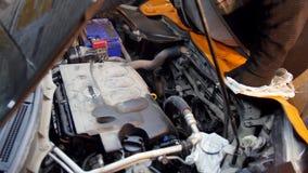 pucharu samochodowy dźwignięcie podnosząca nafciana zastępstwa usługa Mechanika mężczyzna otwiera nafcianego zbiornika zbiory wideo