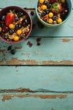 Puchary śniadaniowi zboża z owoc na drewnianym stole Obrazy Royalty Free