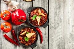 Puchary gorący Chili con carne z zmieloną wołowiną, fasole, pomidory a Zdjęcia Stock