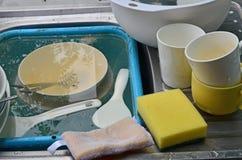 Puchary i filiżanki z łyżką w zlew czekać na czyścić obraz royalty free